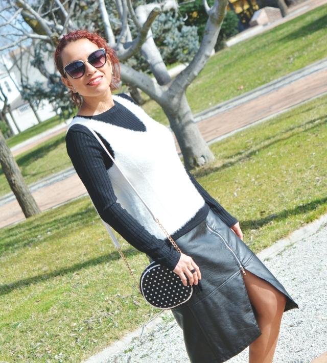 Look blanco y negro con deportivas rojas 9