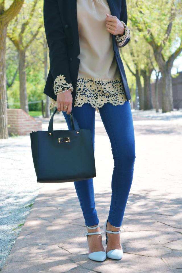 Bolso negro y zapatos azules