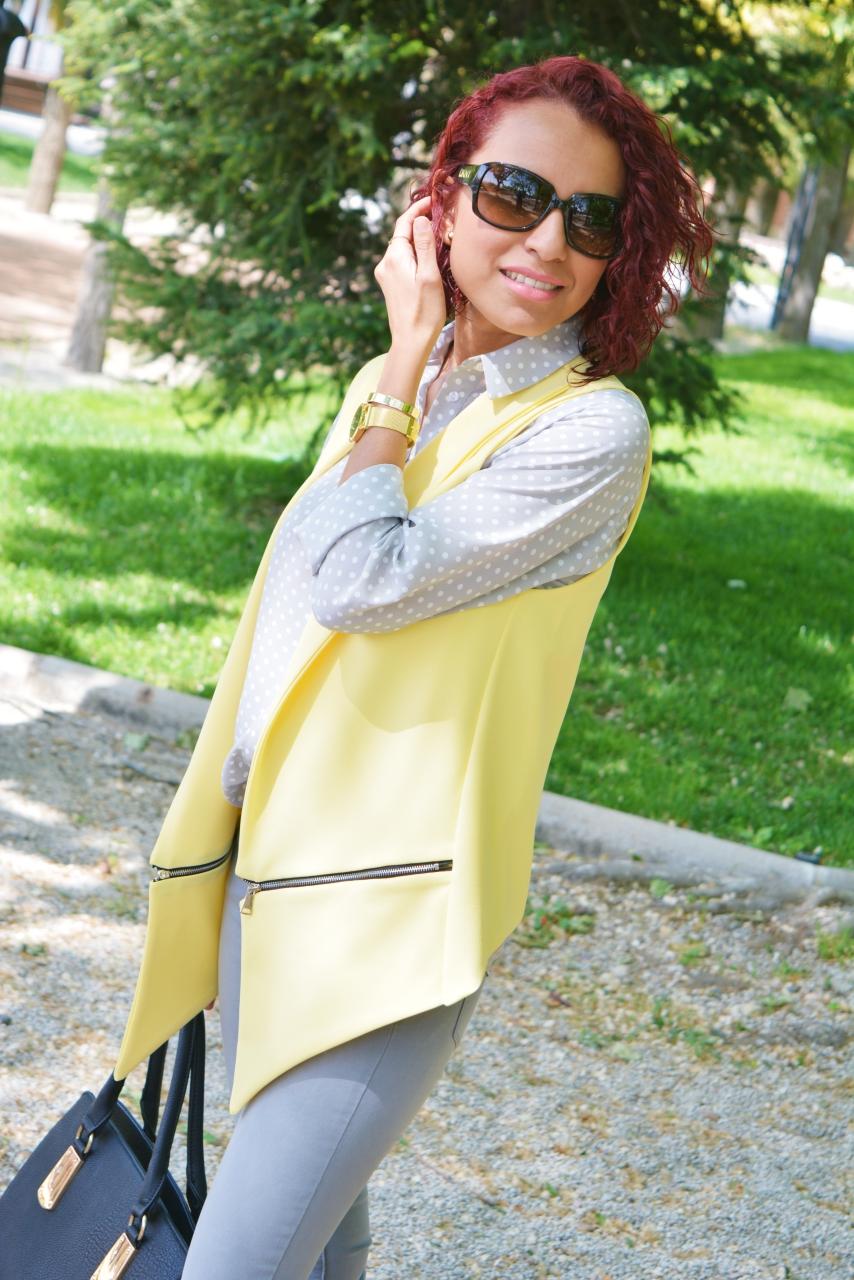 Look con gris y amarillo