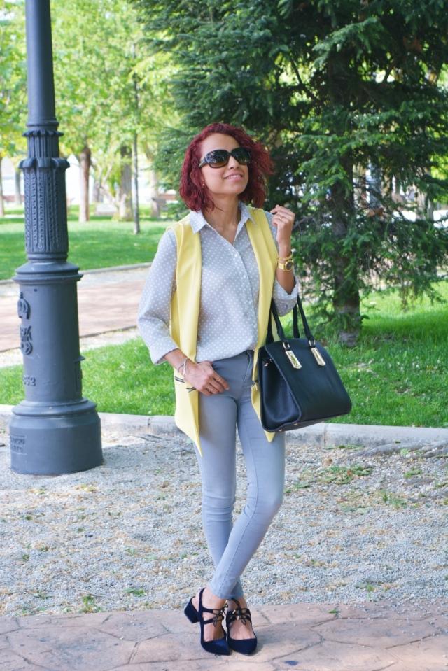 Outfit con chaleco amarillo
