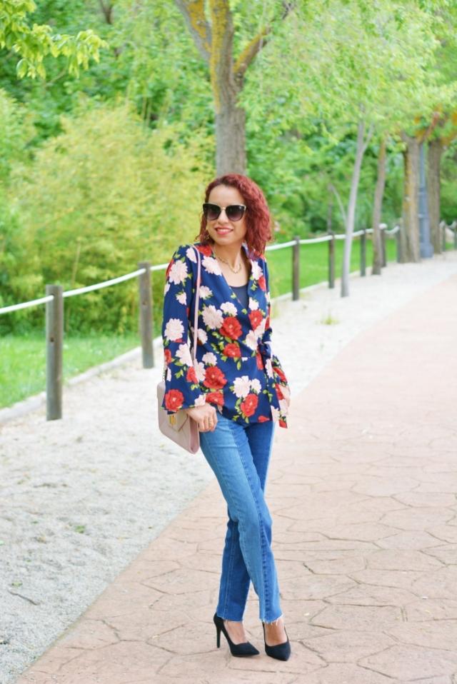 Look con blusa de flores