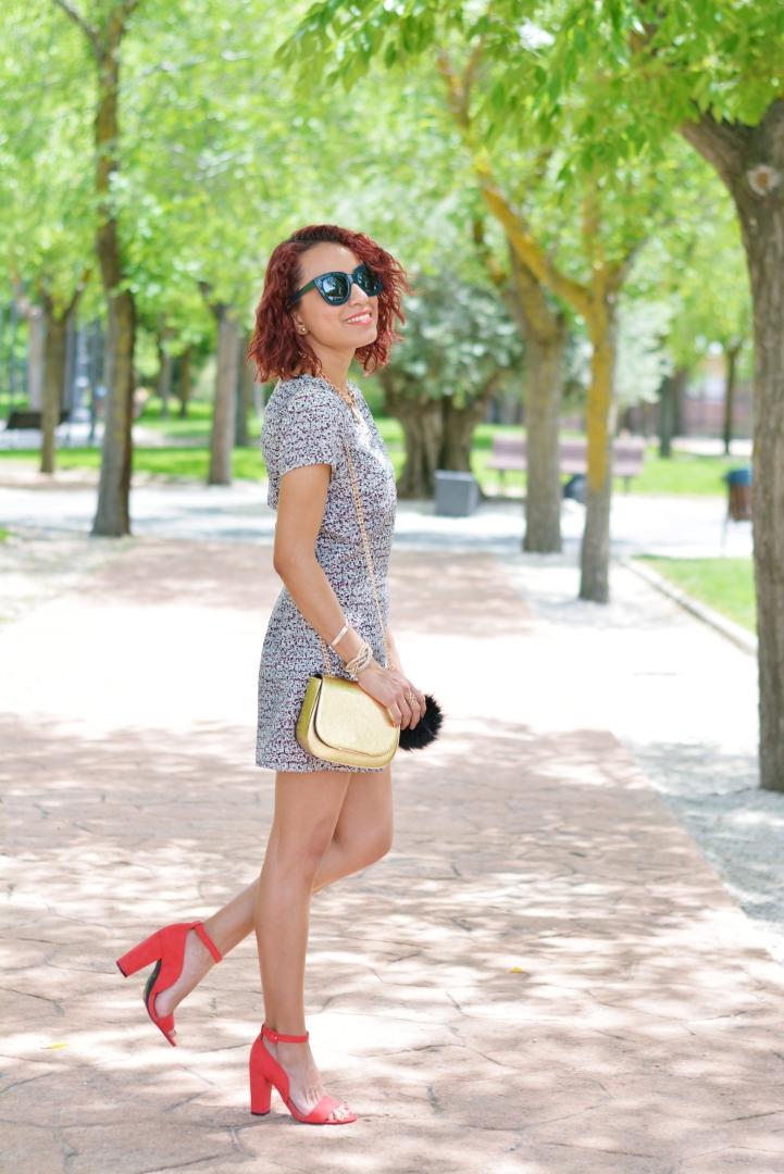 Look de verano con zapatos rojos
