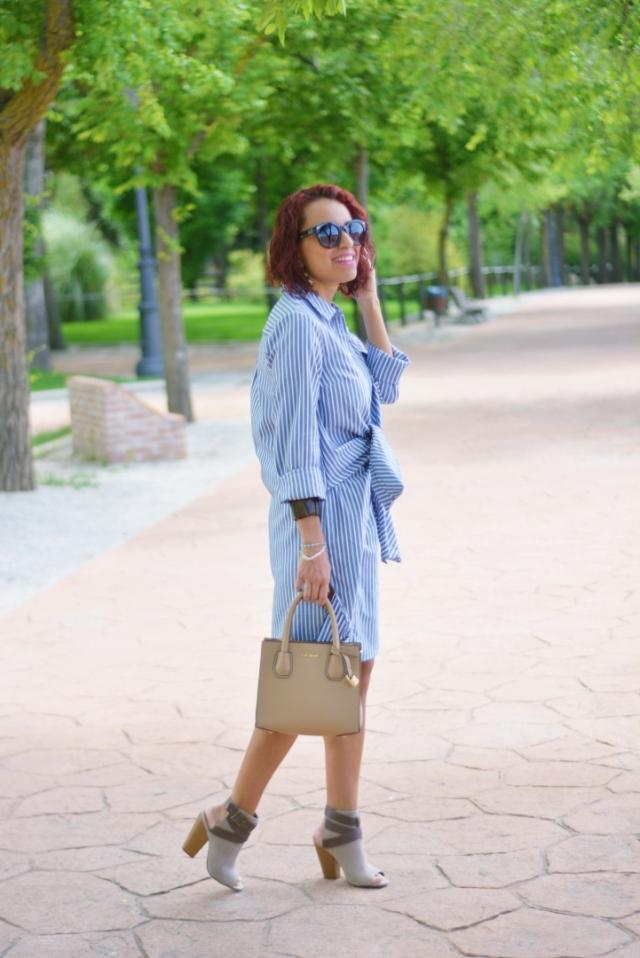 Outfit con vestido camisero