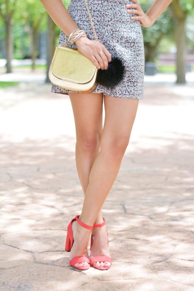 Zapatos rojos y bolso dorado
