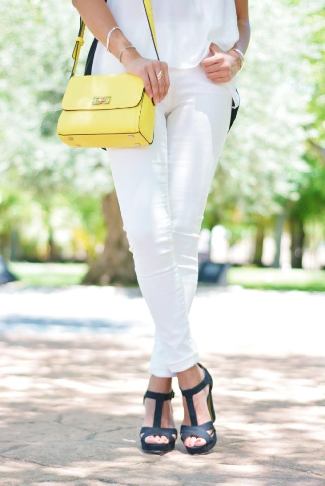 Look con bolso amarillo
