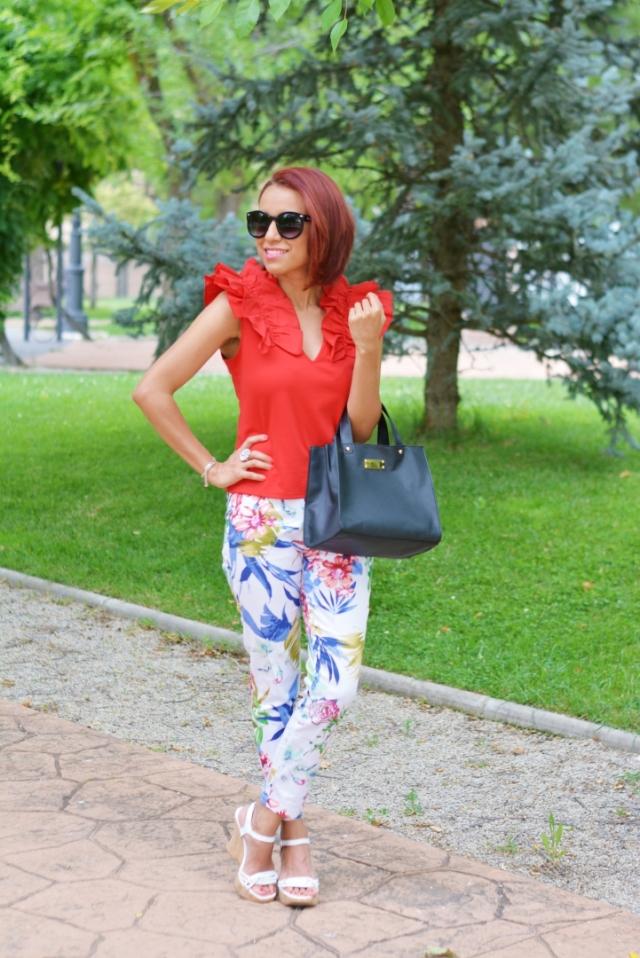 Look con pantalón de flores y blusa roja