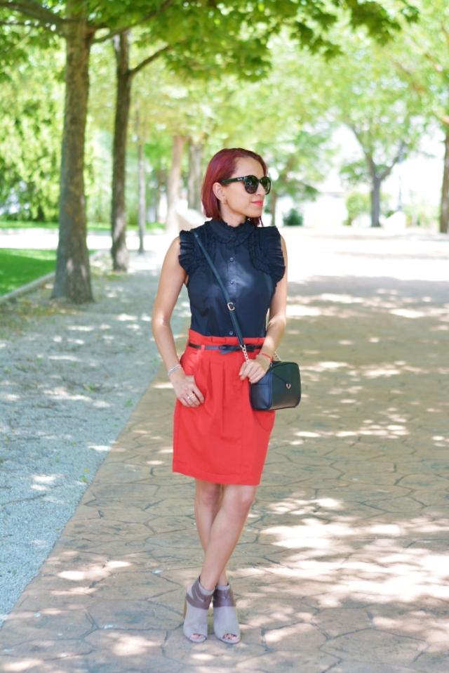 Outfit con falda roja