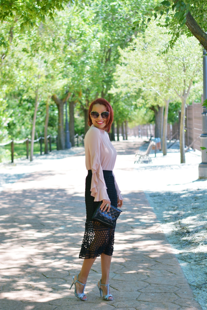 Look formal con falda troquelada