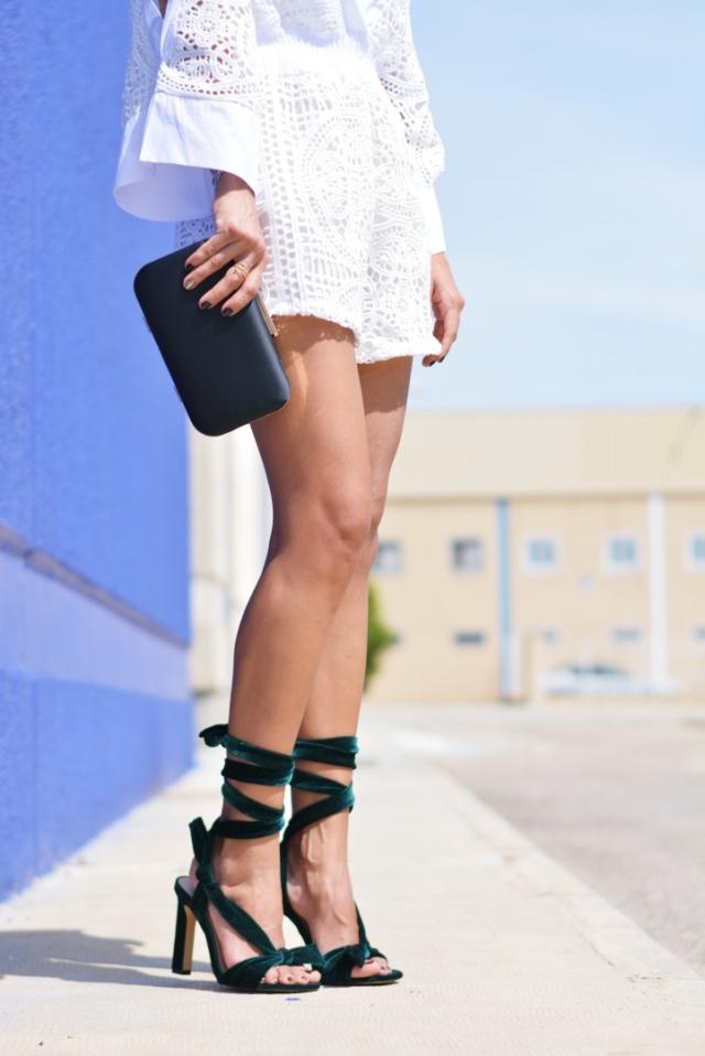 Accesorios y sandalias de terciopelo