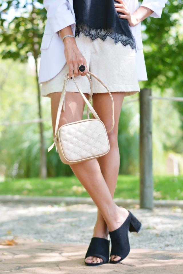 Bolso mini y zapatos destalonados