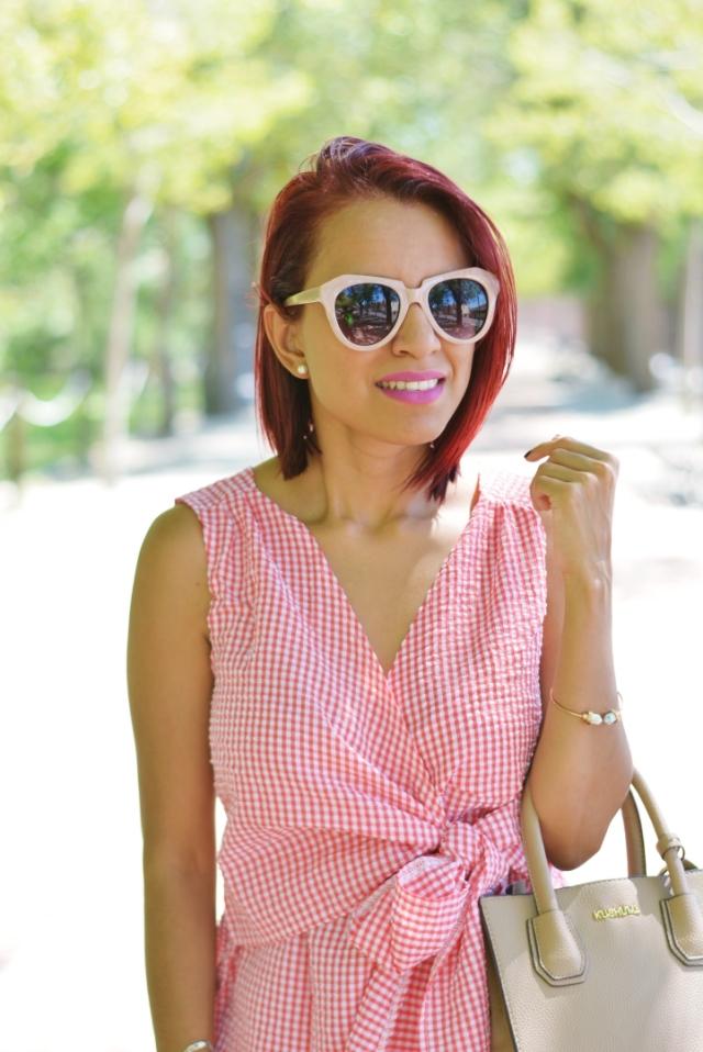 Pulsera minimalista y gafas retro