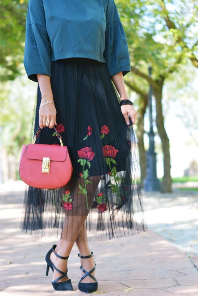 Bolso rojo con falda de tul