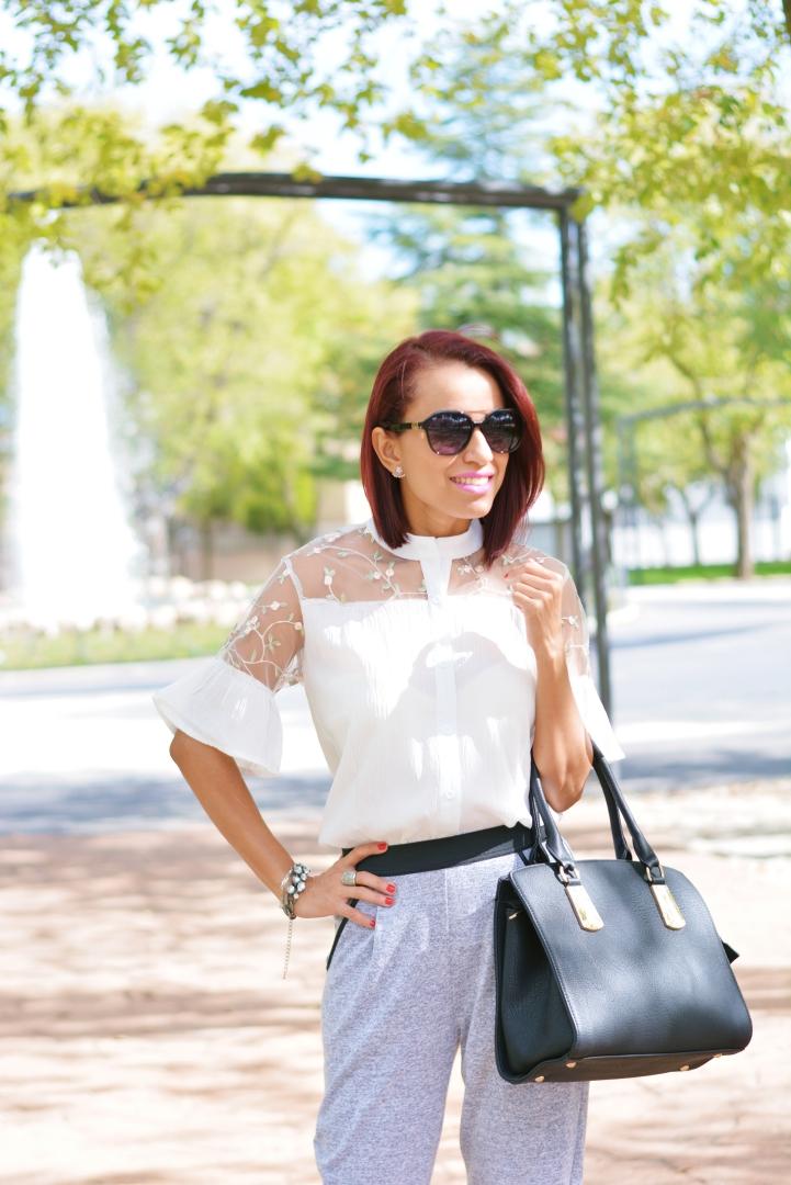 Look con blusa blanca bordada