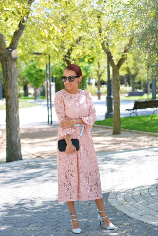 Look con vestido de guipur rosa