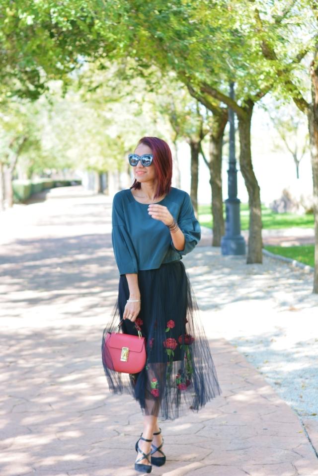 Outfit con falda de tul bordada