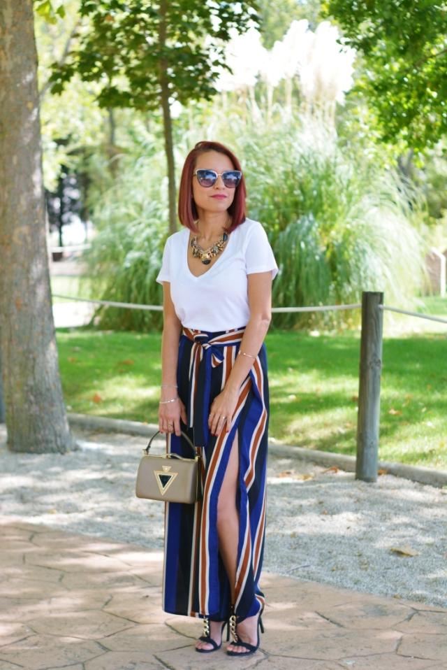 Outfit con pantalones de rayas