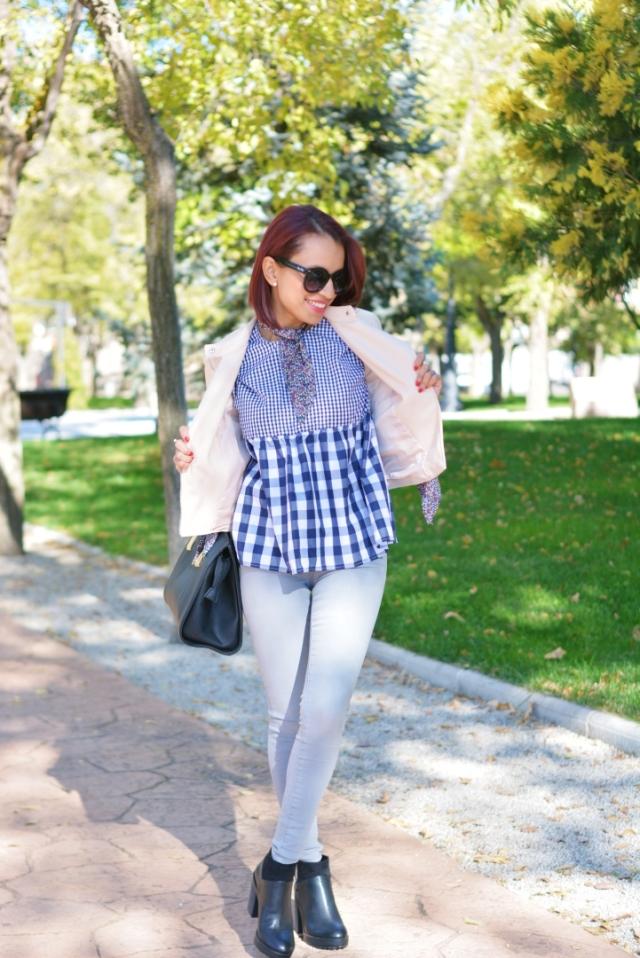Jeans y blusa de cuadros vichy