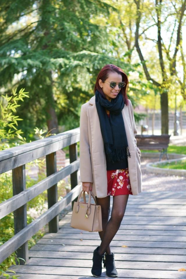 Look de otoño con vestido floriado