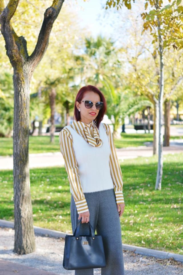 Pantalón gris con blusa de rayas