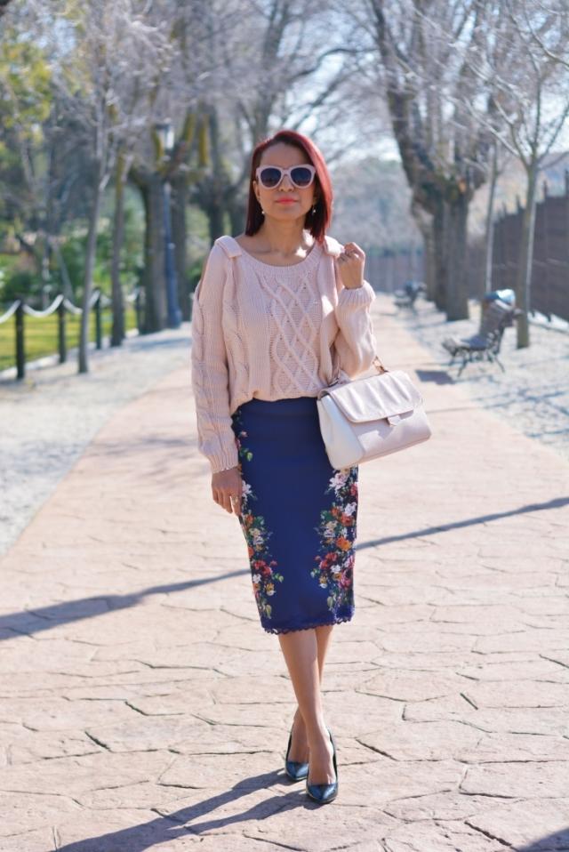 Outfit con falda estampada