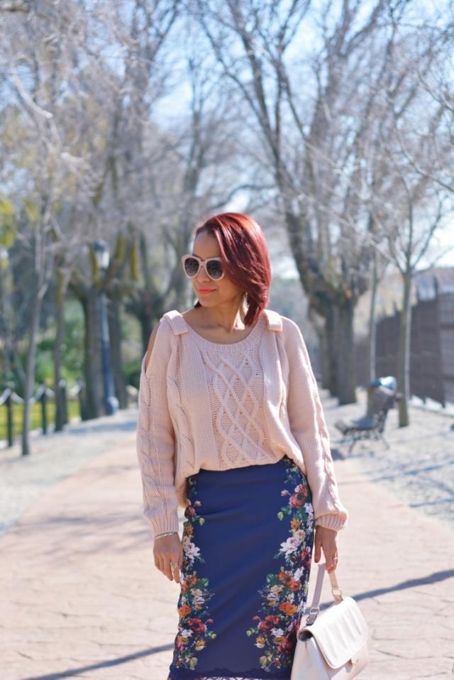 Outfit con falda flores y jersey rosa