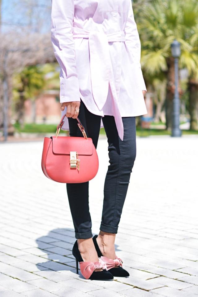 Zapatos con lazo y bolso rojo