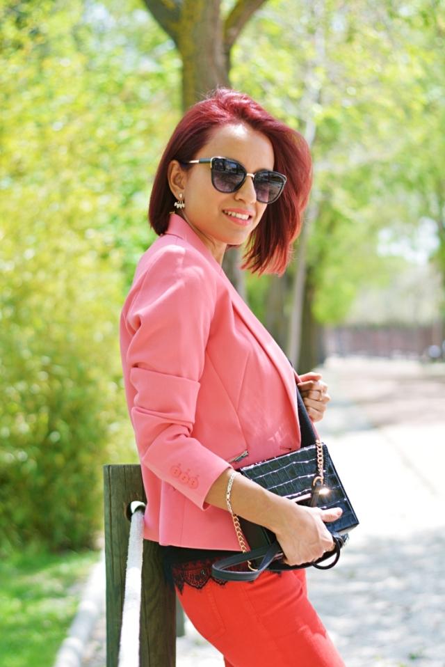 Look casual con blazer rosa
