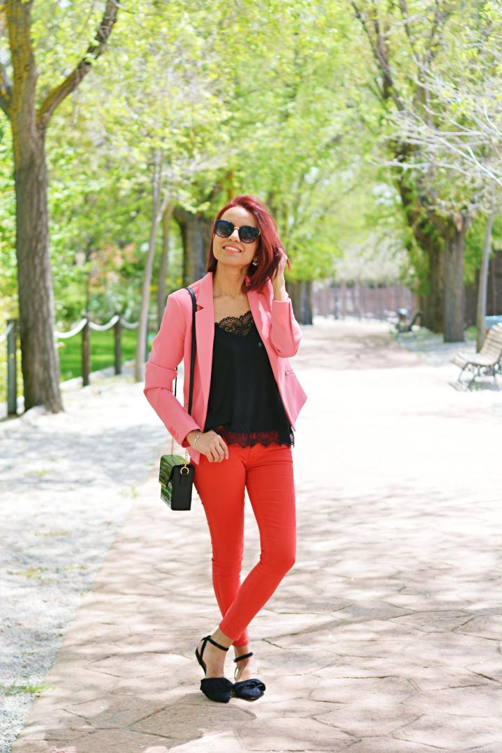 Look con pantalón rojo