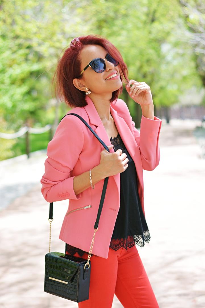 Vaqueros rojos y blazer rosa