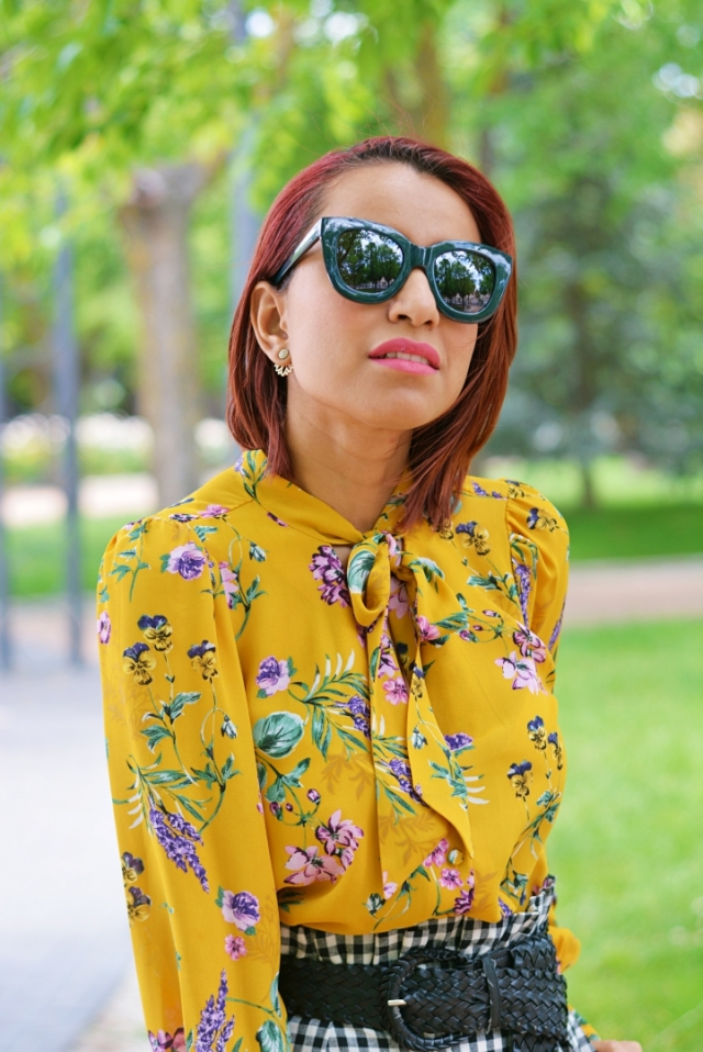 Outfit con blusa estampada