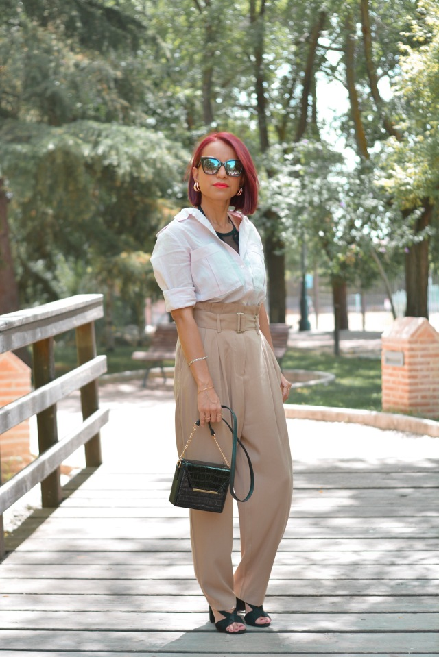 Outfit con pantalón y camisa