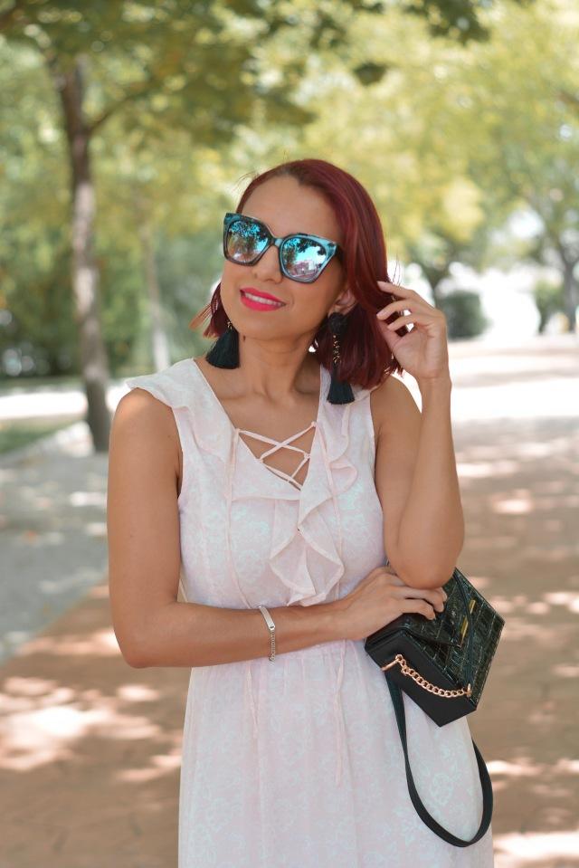 Outfit con vestido rosa palo